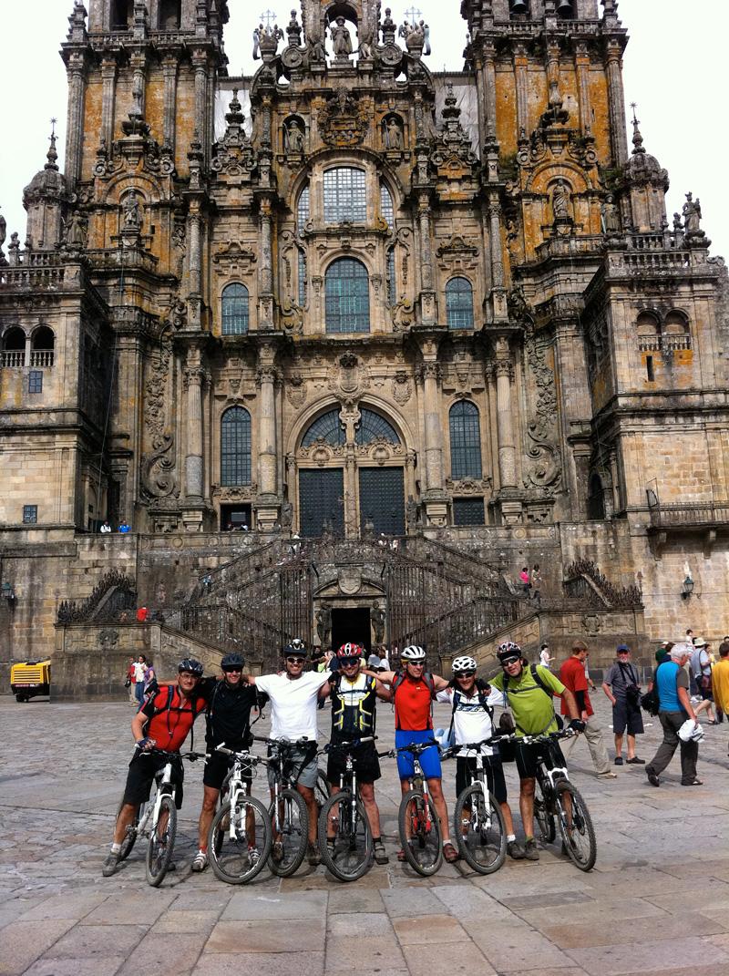 Ciclistas frente a la Catedral de Santiago