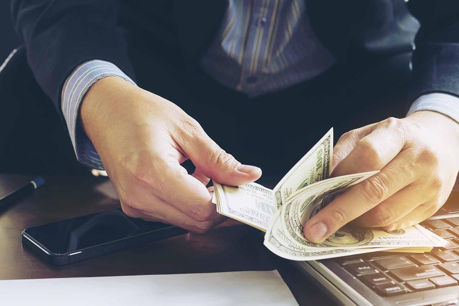 Hombre contando billetes