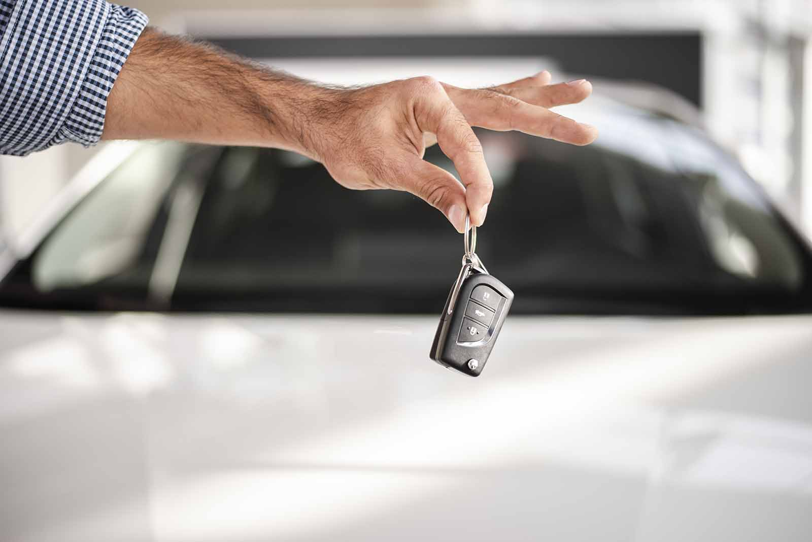 Entregando llaves coche