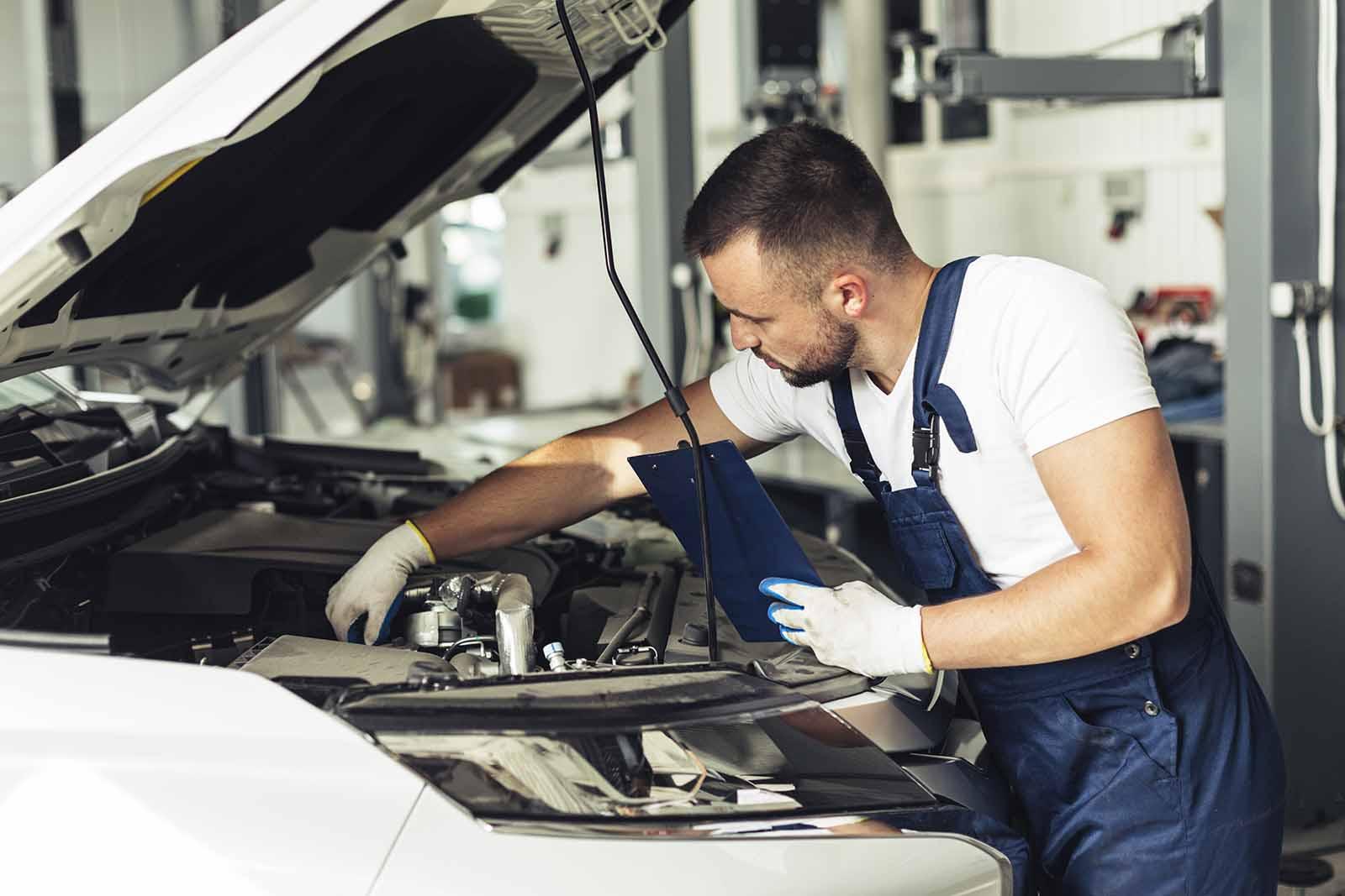 Mecánico examinando coche