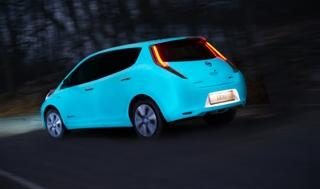 coche que luce en la oscuridad