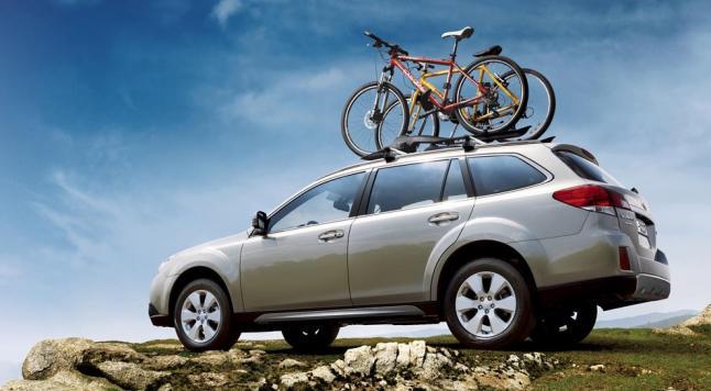 Subaru Outback con bicicletas en el techo