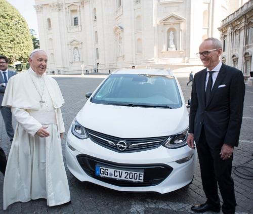 Opel Ampera.e Papa Francisco