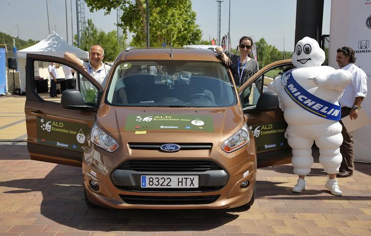 Noemí Alonso (Autocasión) y Víctor Alonso (Ford) en su Ford Tourneo