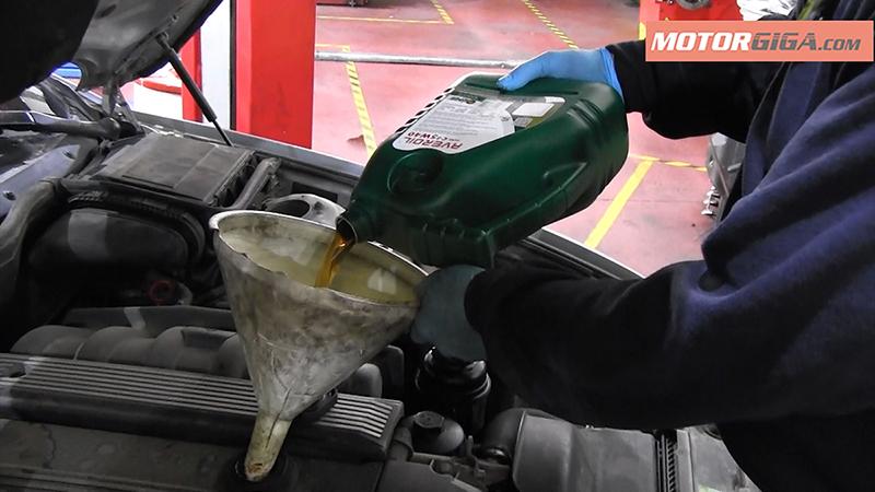 Rellenando aceite de motor