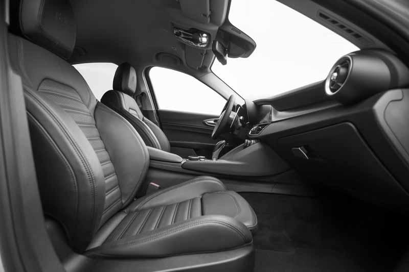 Foto Interiores(1) Alfa Romeo Giulia Veloce Sedan 2017