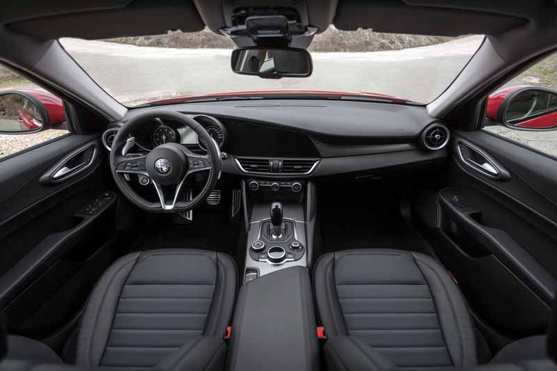 Alfa Romeo Giulia Veloce 2017, salpicadero