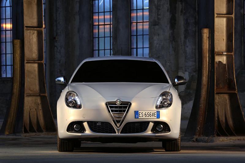 Foto Delantera Alfa Romeo Giulietta Dos Volumenes 2013