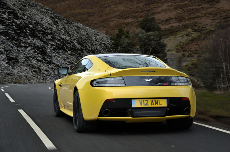 Foto Trasera Aston Martin Vantage S Cupe 2013