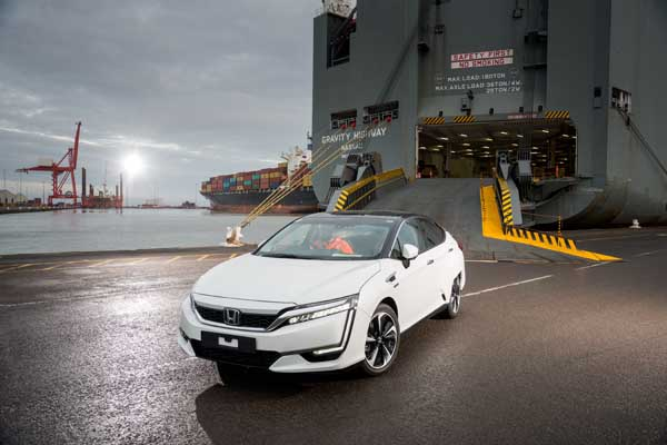 Foto 100082_first_honda_clarity_fuel_cell_arrives_in_europe Honda Clarity Fuel Cell Sedan 2016