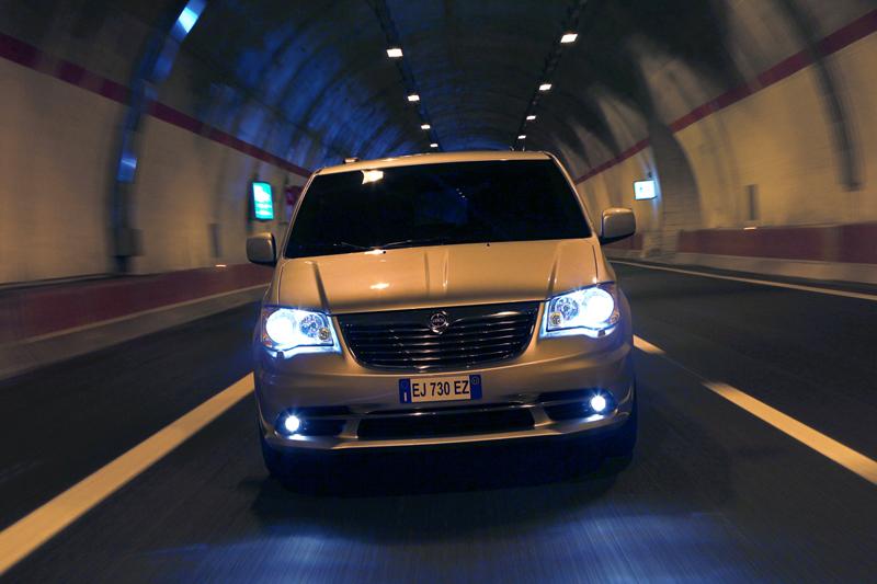 Foto Exteriores_03 Lancia Voyager Monovolumen 2011