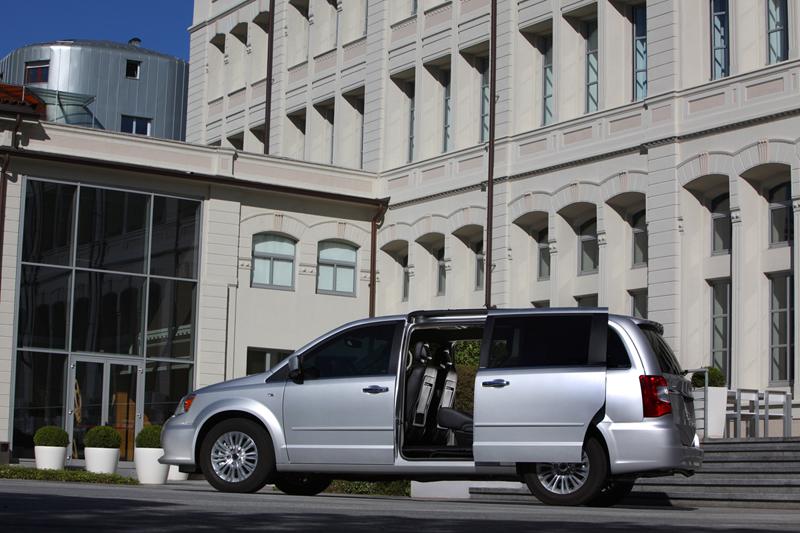 Foto Exteriores_32 Lancia Voyager Monovolumen 2011
