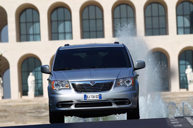 Foto Delantera Lancia Voyager Monovolumen 2013