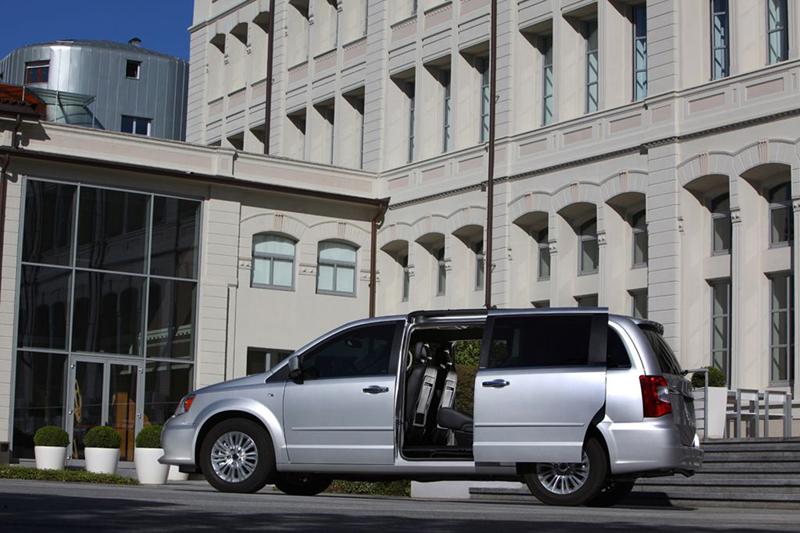 Foto Exteriores (12) Lancia Voyager Monovolumen 2013