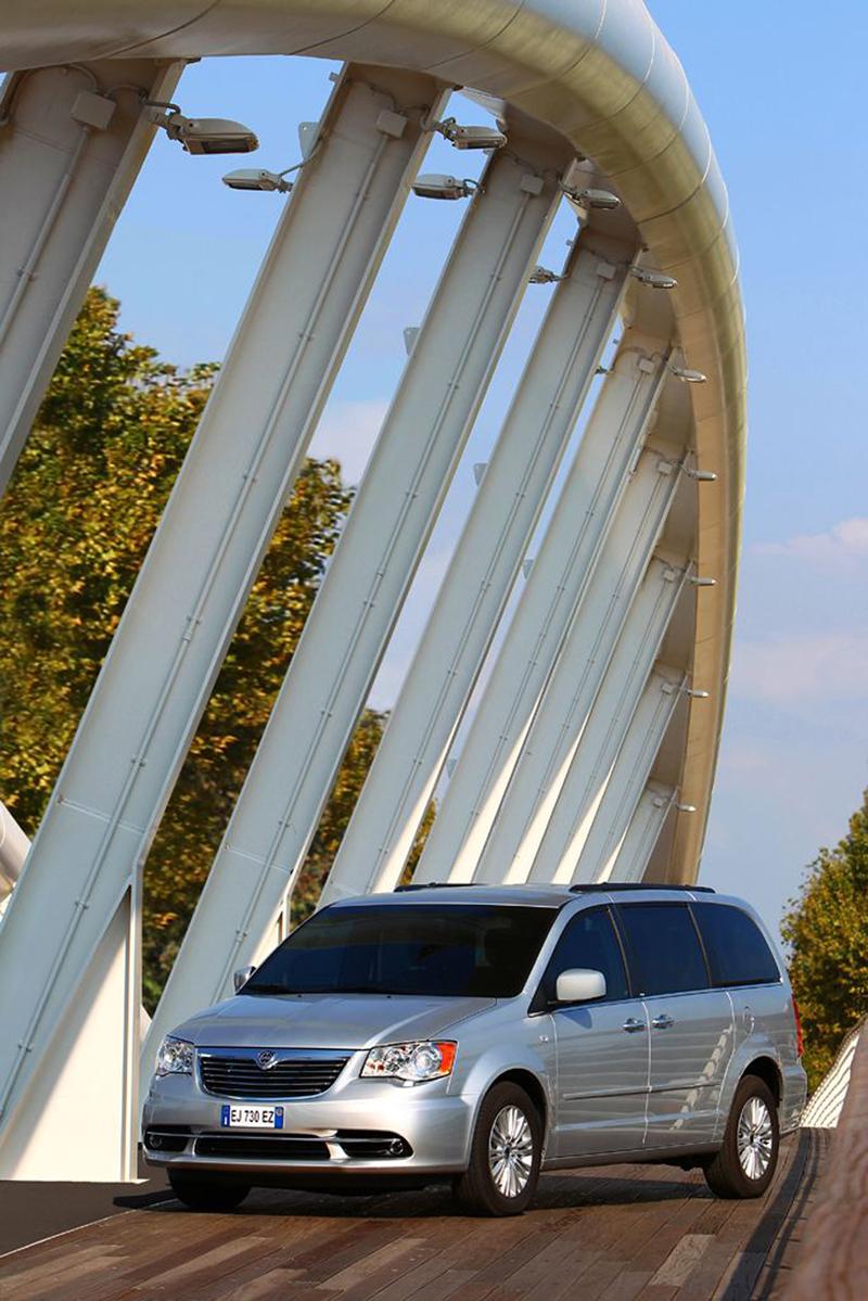 Foto Exteriores (16) Lancia Voyager Monovolumen 2013