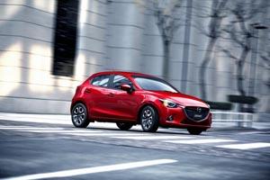 Foto Lateral Mazda Mazda2 Dos Volumenes 2014