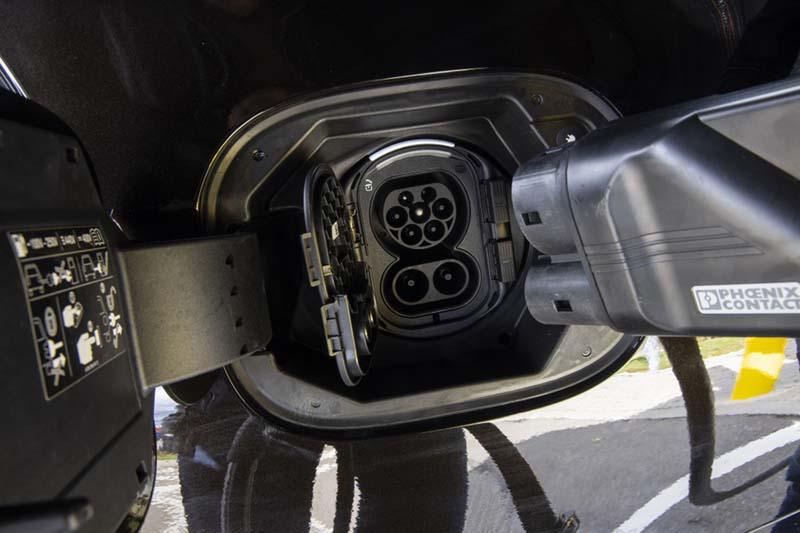 Mercedes-Benz Clase S 2020, foto cargador del híbrido enchufable