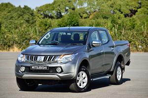 Foto Perfil Mitsubishi L200 Vehiculo Comercial 2015