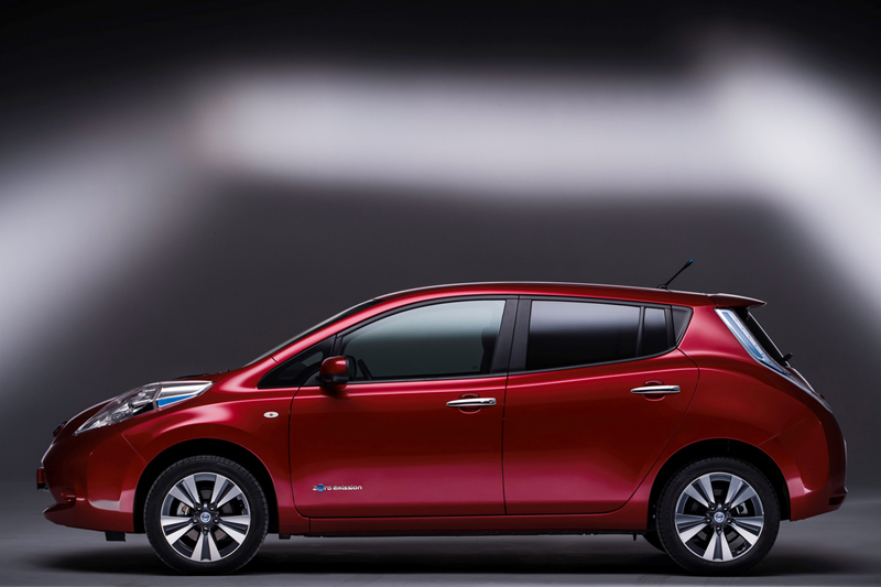 Foto Lateral Nissan Leaf Dos Volumenes 2013