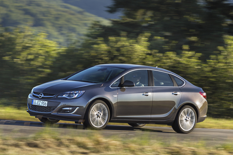 El sedán completa la gama del Opel Astra
