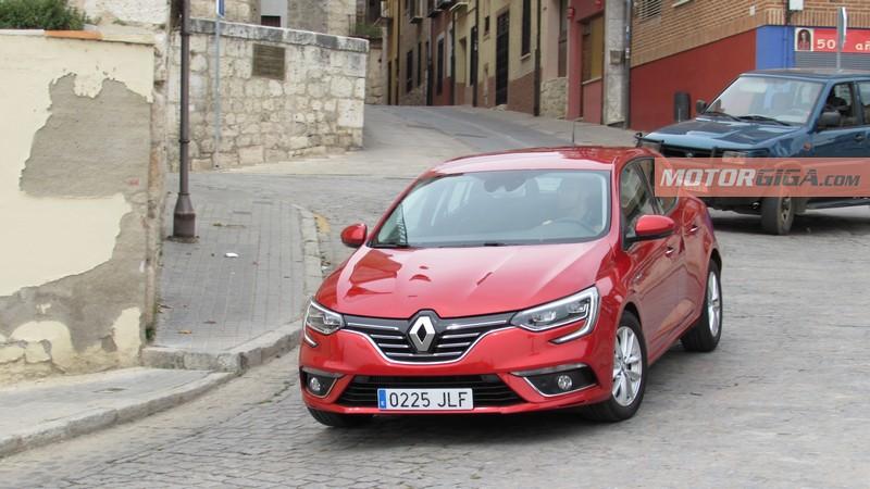 Foto Delantera Renault Megane Prueba Dos Volumenes 2016