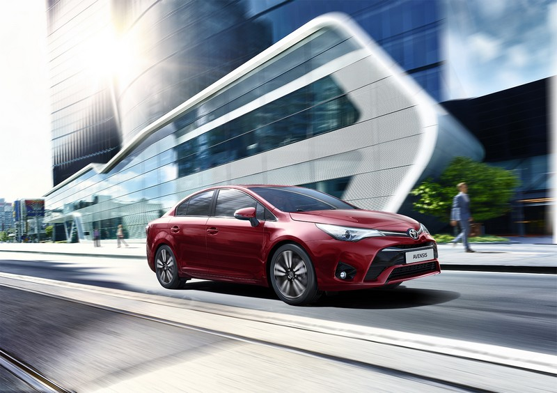 Toyota Avensis 2017 vista frontal - lateral