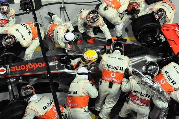 Lewis_Hamilton__McLaren_Mercedes__Vencedor_en_Singapur.JPG