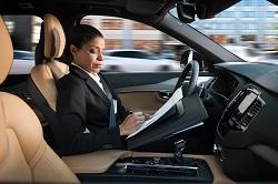Volvo se acerca a la conducción autónoma con el piloto automático IntelliSafe
