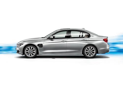 Espera o conduce; la curiosa campaña de BMW para hacer sombra al Tesla Model 3