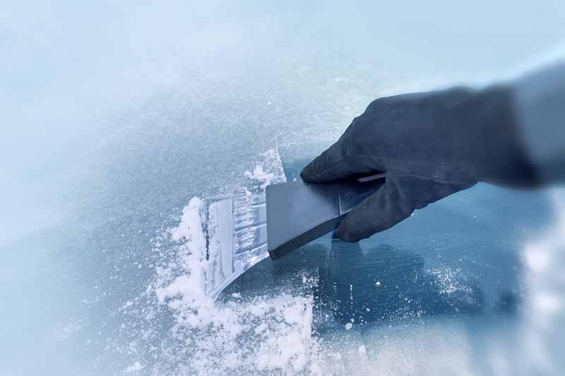 Qué hacer y qué no hacer para evitar que tu parabrisas (y tú con él) sea víctima del invierno