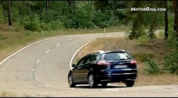 El coche ahuma y huele la gasolina